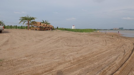 Bersantai Di 'Pantai' Sungai Mekong Dengan Latar Belakang Negara Tetangga