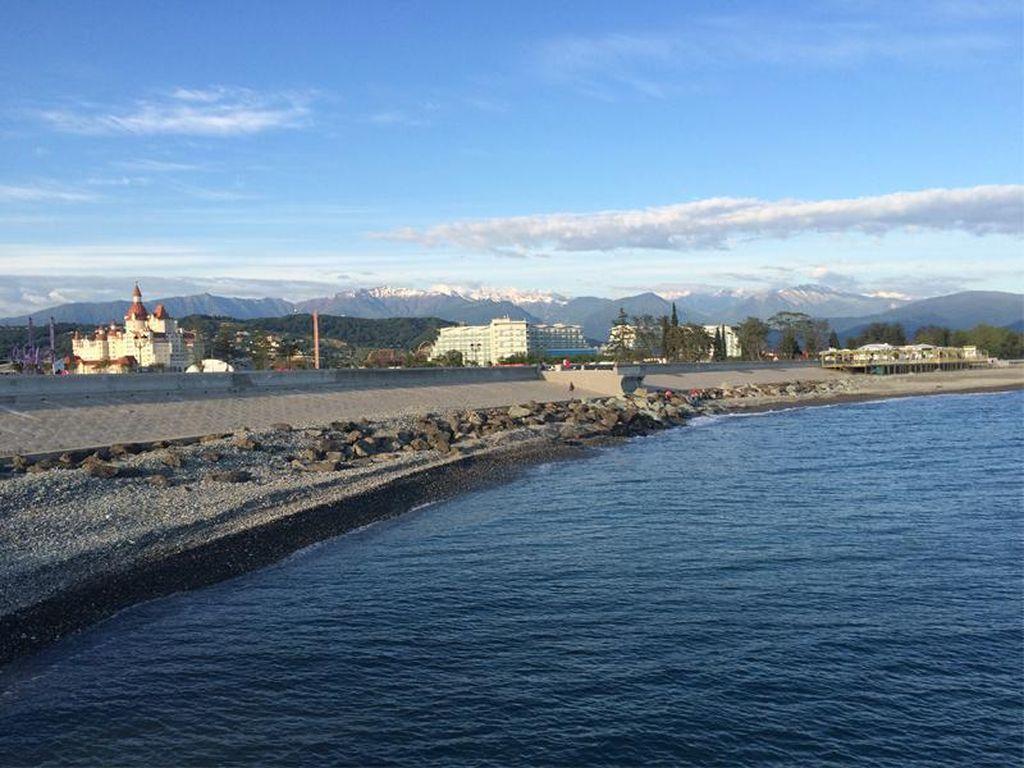 Santai Sore di Tepi Laut Hitam