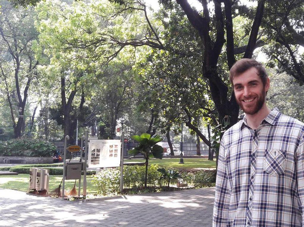 Rajin Kirim Kartu Pos, Bule Mualaf Bisa Keliling Dunia Gratis