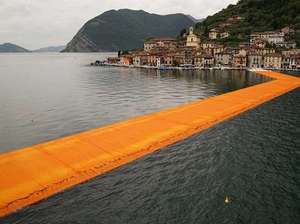 Keren! Italia Punya Dermaga Terapung di Atas Danau