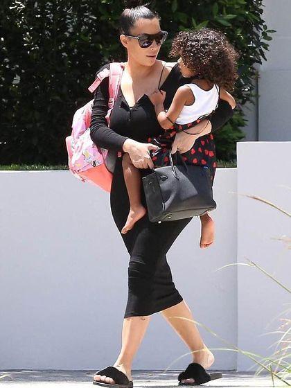 Penampilan Kim Kardashian Pakai Sandal Bulu Musang Seharga Jutaan Rupiah