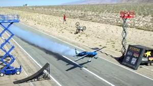 Aksi Menantang Maut, Freestyler Motocross Salto di Atas Pesawat