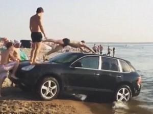 Remaja Ini Asyik Jadikan Porsche Cayenne Sebagai Perosotan