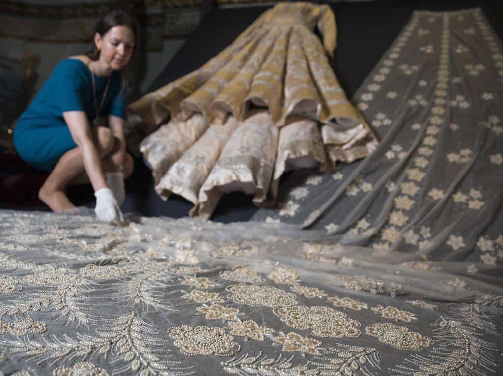 Foto: Gaun Pengantin Ratu Elizabeth II yang Dihiasi 10.000 Mutiara