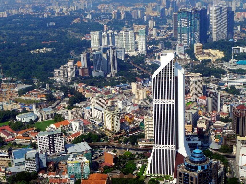 Uji Adrenalin, Naik ke Puncak Menara Komunikasi Tertinggi di Malaysia