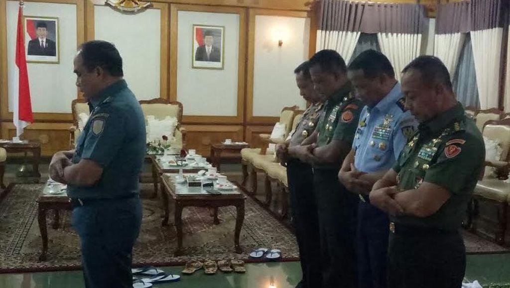 Diimami KSAL, Panglima TNI, Kapolri, KSAD, dan KSAU Salat Berjamaah di Adisucipto