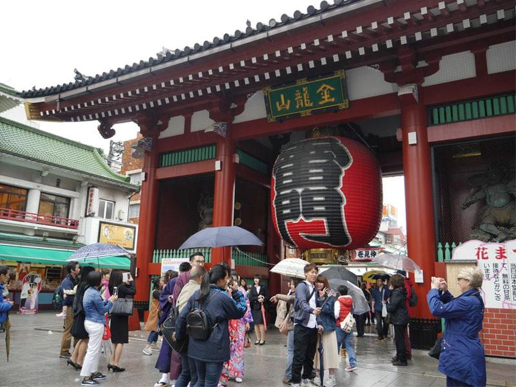 Lihat Lampion Raksasa Hingga Belanja Suvenir di Tokyo