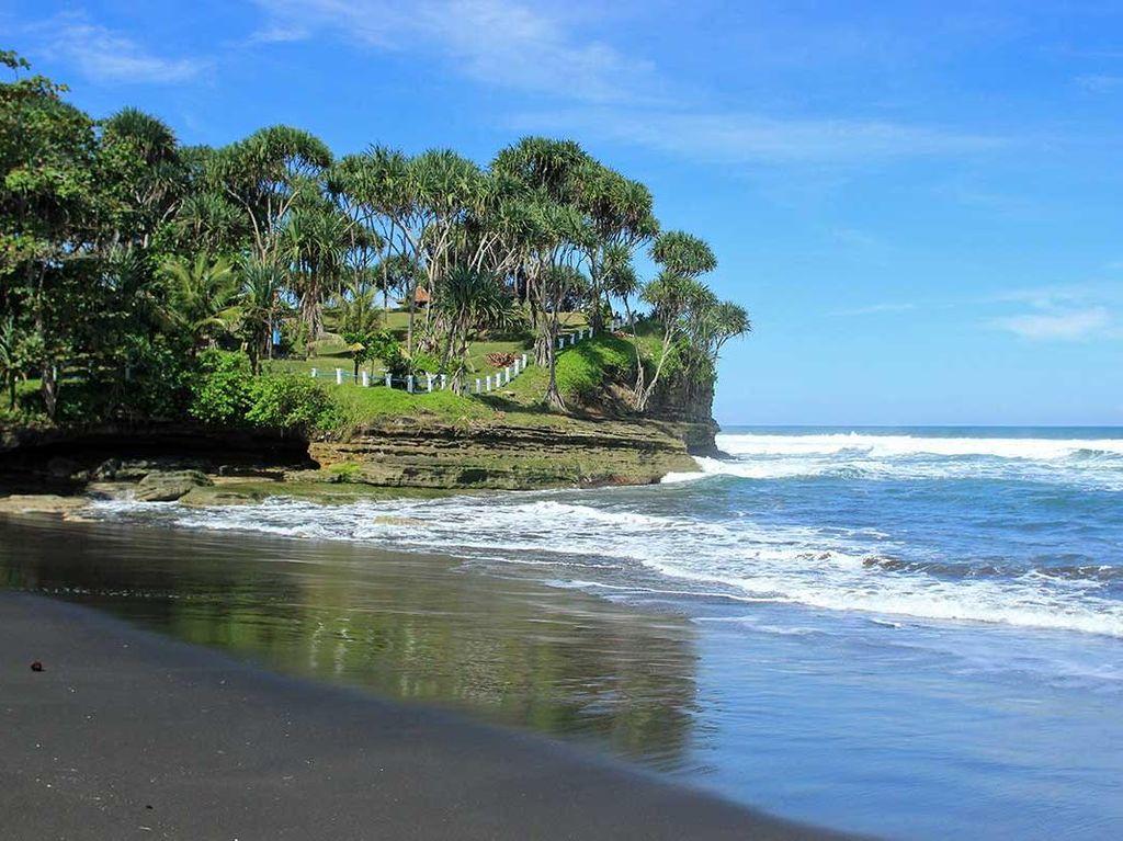 Pantai Cantik dan Kisah Hiu Jadi-jadian di Pangandaran