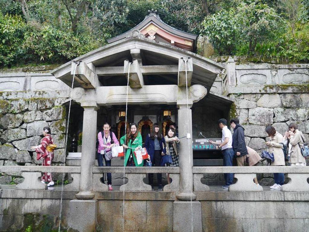 Air Mancur di Kuil Jepang yang Konon Bikin Enteng Jodoh