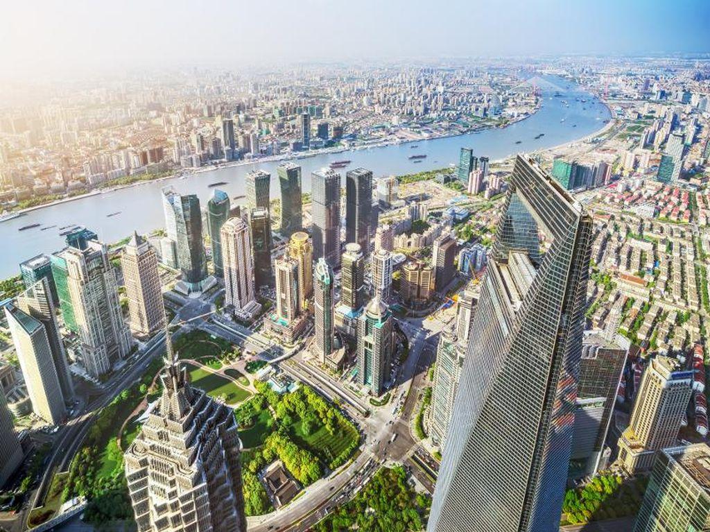 Berjalan Kaki di Puncak Gedung Pencakar Langit Shanghai, Berani?