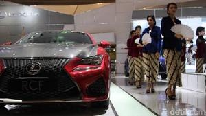 Anggunnya SPG Suzuki dan Lexus Berkebaya