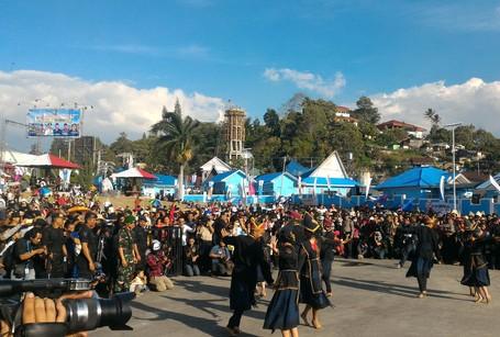 Seperti Ini Serunya Pentas Budaya Di Karnaval Danau Toba