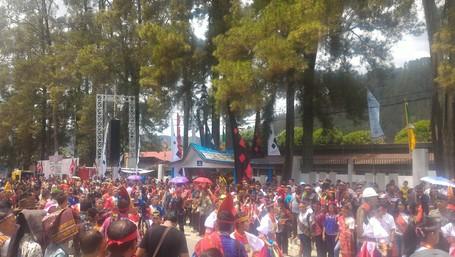 Antusiasme Warga Dan Turis Menanti Pawai Budaya Di Karnaval Danau Toba