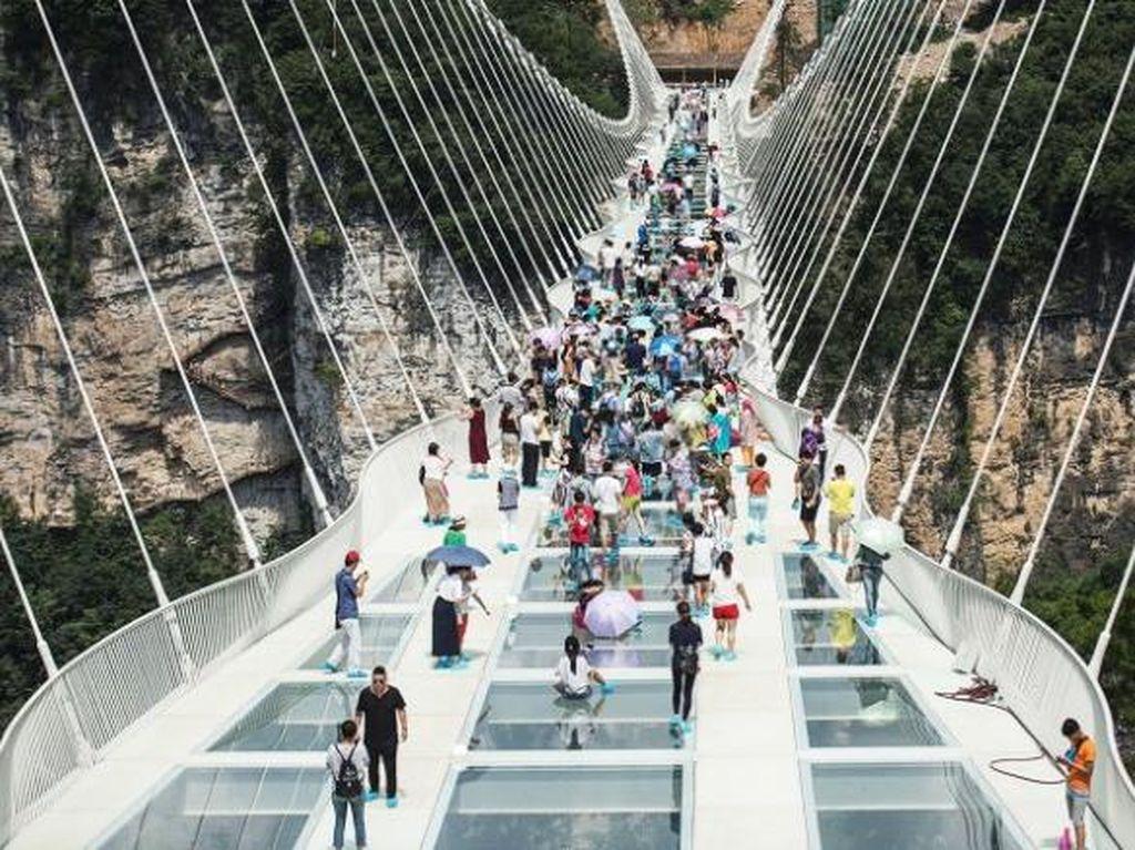 Aneka Pose Ajaib Turis China di Jembatan Kaca Terpanjang di Dunia
