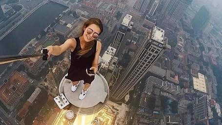 Traveler Cantik Dengan Kebiasaan Selfie Yang Bikin Ngeri