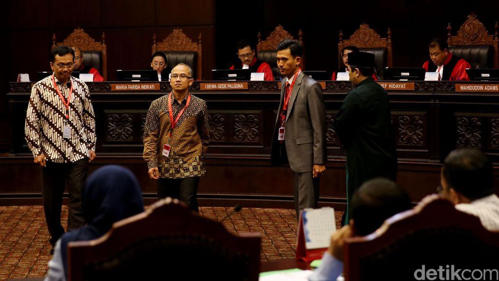 Ketika MK Ditantang Menarik Garis Batas Moral di Kasus LGBT dan Kumpul Kebo