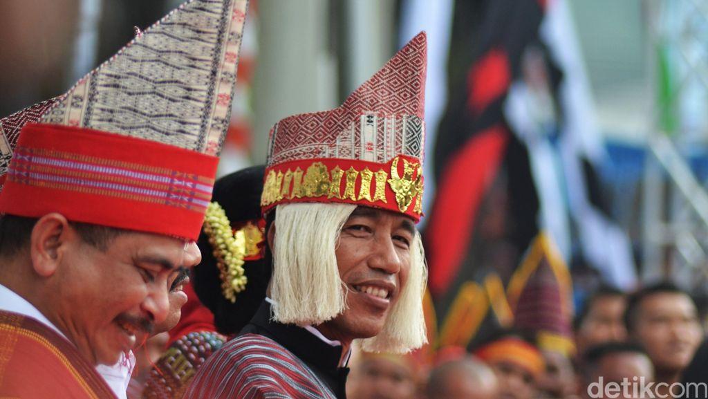 Penulis Status Olok-olok Jokowi Pakai Baju Adat Batak di Facebook Dipolisikan