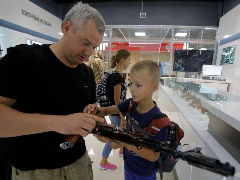 Kontroversial, Bandara Moskow Punya Toko Suvenir Replika AK-47