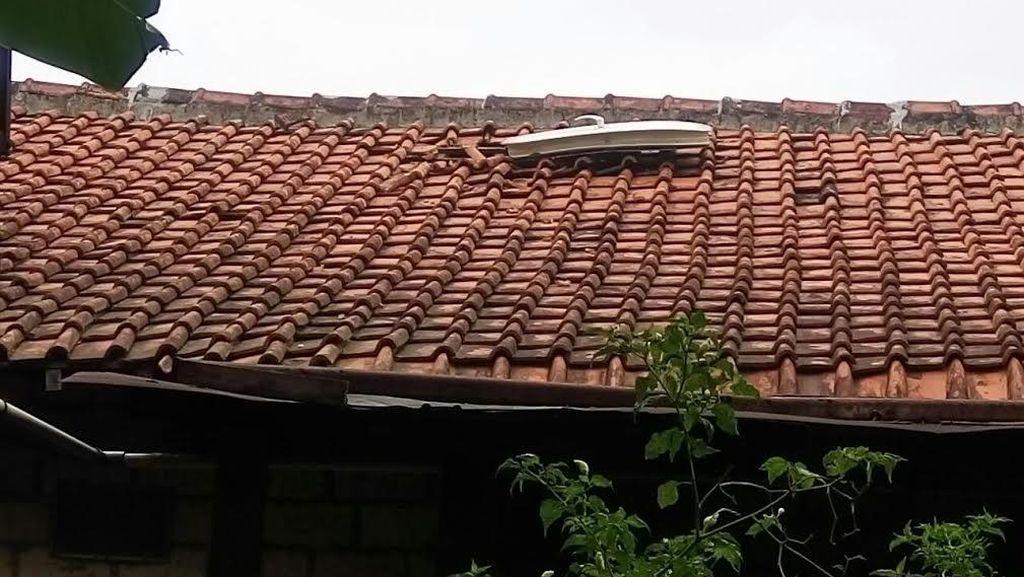 Penampakan Foto Pintu Pesawat yang Jatuh di Atap Rumah Tato di Jagakarsa