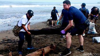 Personel TNI dan US Navy Bersihkan Pantai Padang
