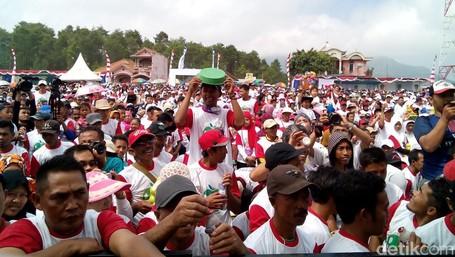 Lautan Tumpeng Apel Dan Tangki Susu Di Nongkojajar Festival 2016