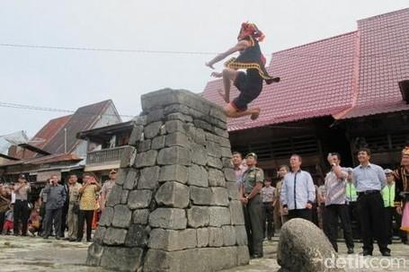 Ada Apa Di Balik Tradisi Lompat Batu Nias?