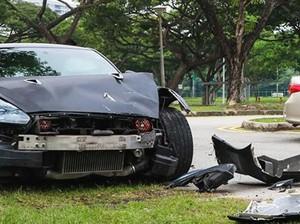 Ngebut Tak Terkendali, Nissan GT-R Ini Tabrak Corolla
