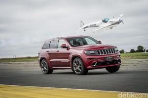 Adu Balap Jeep Lawan Pesawat