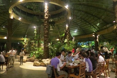 Makan Di Restoran Bernuansa Hutan Di Chiang Mai, Inilah Yang Terjadi