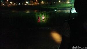 Tim SAR Evakuasi 2 Pemancing yang Terjebak di Sungai BKB Semarang