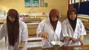 Kolam Gusi Buatan Tiga Siswi SMAN 1 Lamongan Menyehatkan