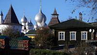 Banyak traveler yang tidak tahu bagaimana bentuk rumah dengan arsitektur asli Rusia.