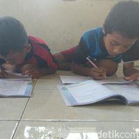 Belajar di Musala, Pelajar SD di Cirebon Sering Pegal dan Masuk Angin