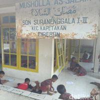 Miris, Puluhan Anak SD di Cirebon Bertahun-tahun Belajar di Musala