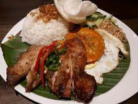 Saigon Delight: Nikmatnya 'Broken Rice' Berlauk Komplet dan Sandwich Ayam Sera