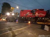 Truk Muatan Alat Berat Nyangkut di Perlintasan KA Tanjung Barat