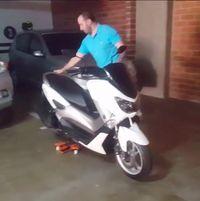 Permalink to Pakai Alat Mirip Skate Board, Memindahkan Yamaha Nmax Jadi Enteng