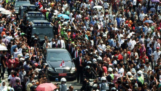 Iring-iringan mobil Presiden.