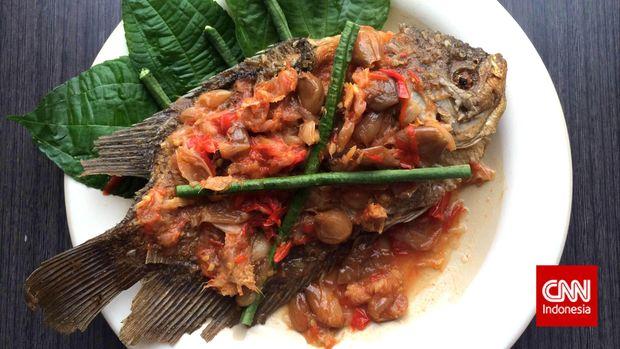 pecak gurame merupakan hidangan betawi berupa ikan gurame goreng yang disiram sambal pedas