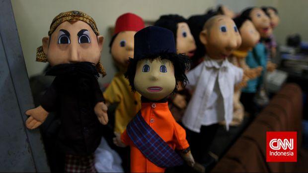 Mendongeng bisa dilakukan dengan berbagai cara untuk menarik perhatian, misalnya lewat boneka.