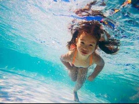 Tips agar anak tetap aman saat berenang/
