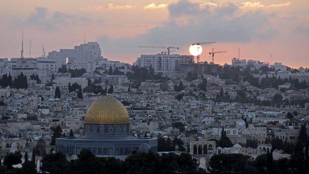 Pemandangan sebagian Kota Yerusalem dengan Mesjid Kubah Batu di temaram senja, 29 Mei 2016