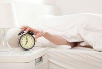 Setel alarm untuk membantumu bangun lebih pagi.