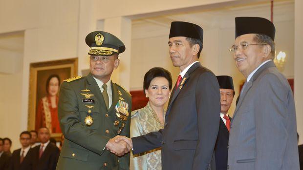 Presiden Joko Widodo (tengah) didampingi Wapres Jusuf Kalla (kanan) berjabat tangan dengan Panglima TNI Jenderal TNI Gatot Nurmantyo (kiri) usai pelantikannya di Istana Merdeka, pada 2015.
