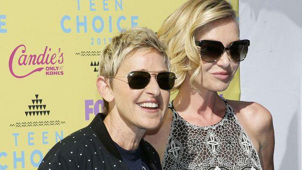 Portia de Rossi (kanan) melaporkan Steven Seagal pernah melecehkannya secara seksual.