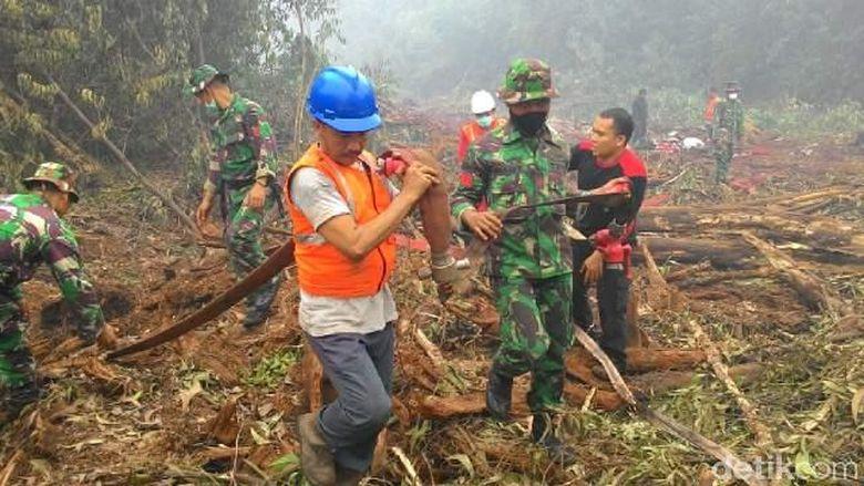 Kebakaran Lahan Muncul Lagi di Riau, Prajurit Kostrad Berjibaku Padamkan Api