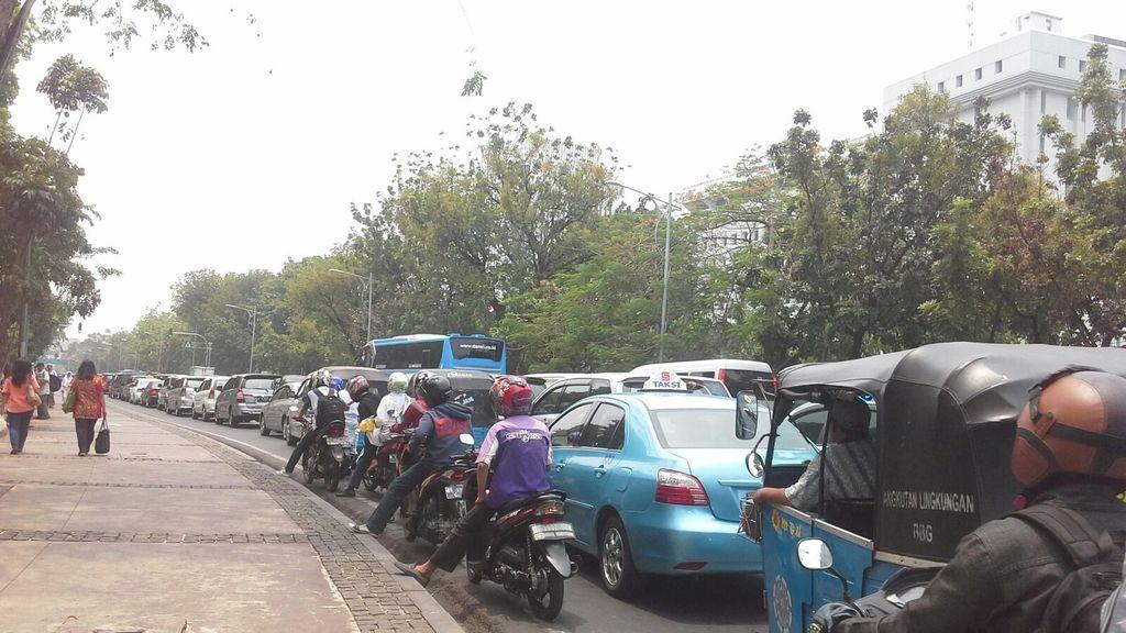Buruh Demo di Depan Istana, Jalan Medan Merdeka Utara Ditutup