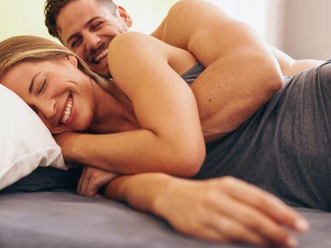Posisi bercinta menyamping atau dari belakang cocok untuk ibu hamil.