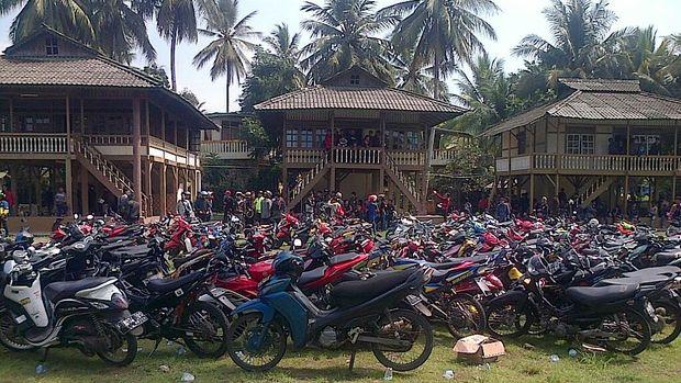 Warga Kepung Sebuah Villa di Pelabuhan Ratu, Cari Anggota Geng Motor