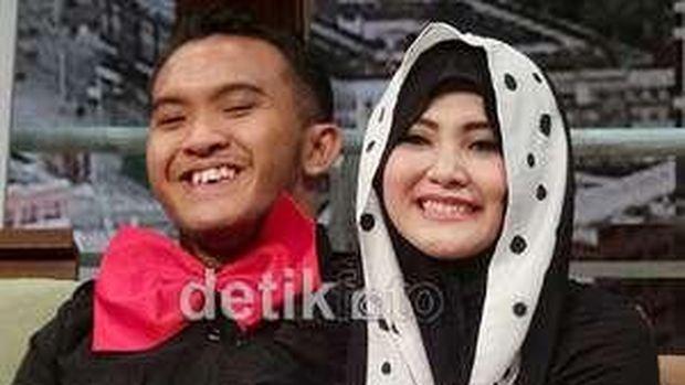 Dhani Pasang Foto Pernikahan dengan Maia, Isu Risty Tagor Lepas Hijab